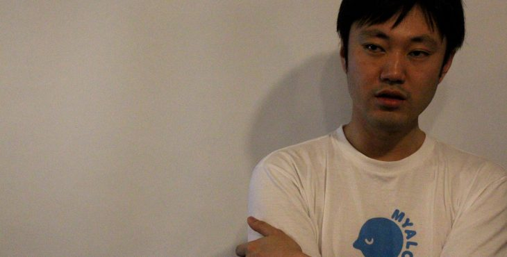 執筆の協力をした、石川善樹さん。Tシャツのマークは川上さんと共同開発したマインドフルネスアプリ「MYALO」