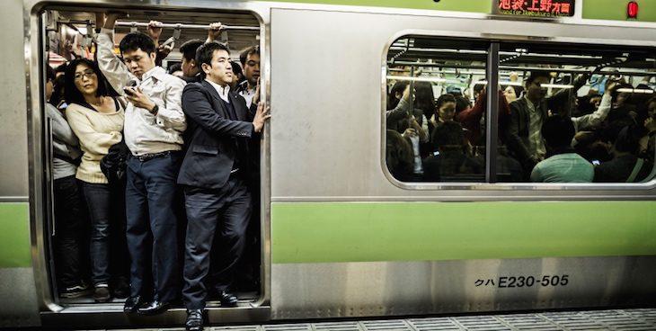 crowded-subway-tokyo-japan